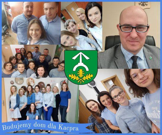 Pracownicy Urzędu Gminy Garwolin i Gminnego Ośrodka Pomocy Społecznej w Garwolinie ubrani na niebiesko.
