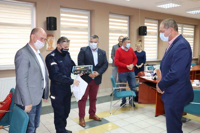 W czasie sesji Rady Gminy Komendant Powiatowy Policji dziękuje za alkomat przekazany Komendzie.