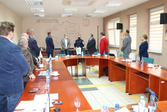 Radni Gminy Garwolin i Wójt Gminy w czasie sesji Rady Gminy podczas wręczania Komendantowi Powiatowemu Policji w Garwolinie alkomatu.